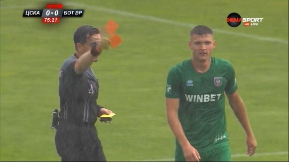 Петко Ганев напусна терена след втори жълт картон