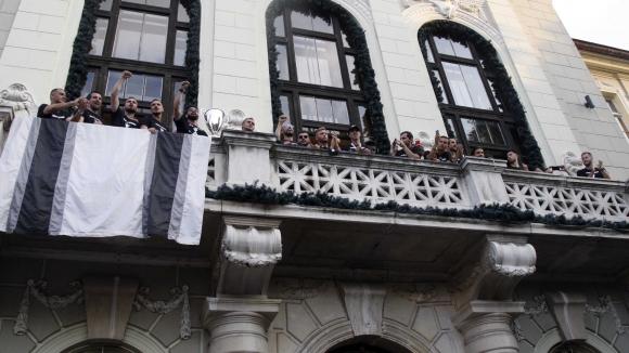 Локомотивци показаха Купата от терасата на общината в Пловдив
