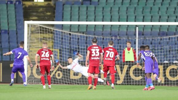 Милчо Ангелов върна един гол за Етър от дузпа