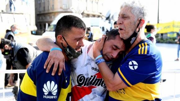 Тъгата по Марадона обедини феновете на Бока и Ривър