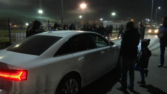 Фенове на Локо (Пд) спряха колите на Цветанов, Карагарен и Илиев, за да поздравят своите герои