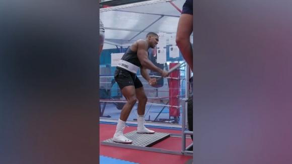Антъни Джошуа удря здраво преди сблъсъка си срещу Кубрат Пулев