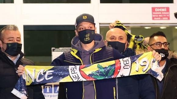 Йозил пристигна в Турция с частен самолет