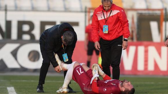 Мартин Луков получи контузия още в началото на мача срещу Етър